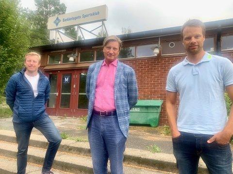 ORIENTERTE: Leder i BSK, Øystein Sundelin (venstre) orienterte FrPs Christian Tybring-Gjedde (midten) og Jon Engen-Helgheim om den pågående byggesaken på Ekeberg.