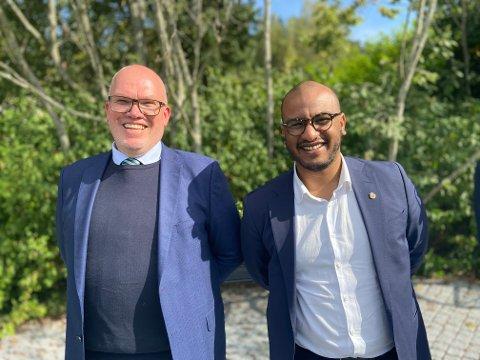 Magne Hustavenes og Omar Gamal er storfornøyde med åpningen av de nye gravplassene.