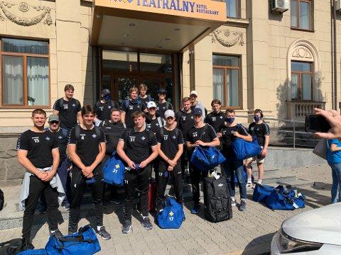 PÅ KOSETUR: Spillerne til BSK foran hotellet de bodde på i Ukraina. Turen var fin, og matchen ble en lekestue hvor BSK til slutt vant med 18 mål.