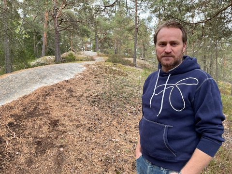 En el-terrengsyklist kom i et voldsomt tempo ned bakken i skogholtet i Østmarka bak huset til Espen Borgen. Han og hans tre hunder måtte kaste seg til siden for å unngå en ordentlig smell.