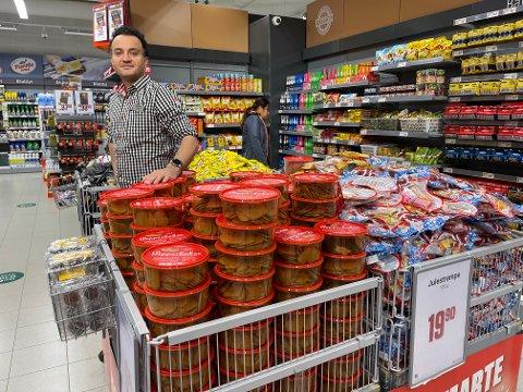 Daglig leder på Europris Lambertseter, Hedayt Sediqi, synes ikke det er for tidlig å selge pepperkaker og julestrømper. - Kundene har ikke reagert på at vi har satt ut disse produktene, forteller han.