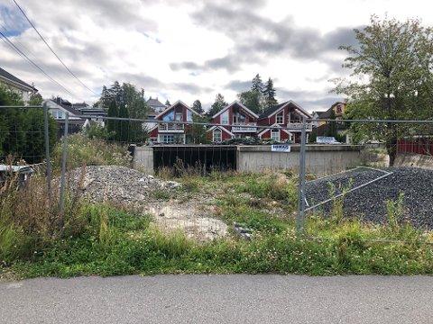 I flere år har eiendommen i Tyslevveien vært en byggeplass. Nå har eier fått beskjed om å rydde opp.