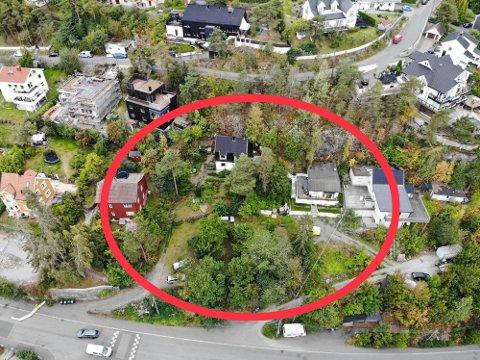 Her hvor de tre husene i rødt, sort og grått er skal utbygger Bonum nå bygge.