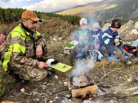 Karbonadar: Svein Erik, Johan Sletten Kleppe, Nojus Musneckis og Leo Øvstedal Kristiansen ved bålet.