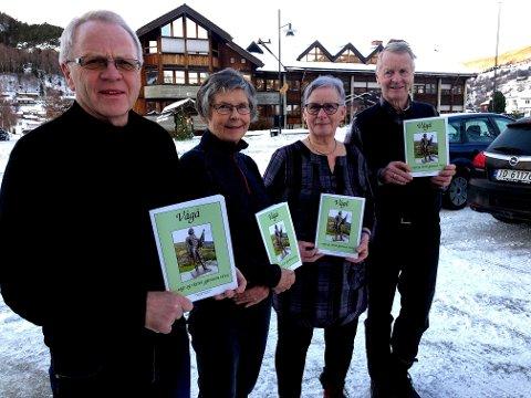 Trond Ole Haug, Reidun Snerle, Kari Hølmo Holen og Ola Grøsland med kvart sitt eksemplar av årets utgåve av Sagt å skrivi.