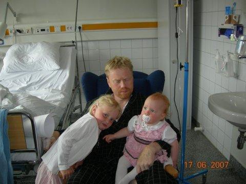 SAMLET: Helene Fossen (t.v.) sammen med faren og lillesøsteren den sommeren han ble syk. Et par måneder senere var han borte.