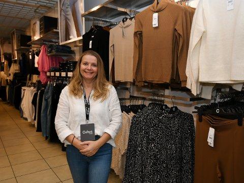 Ann Torill Rusten trives godt i butikken. Hun tok over som butikksjef den 1. august.