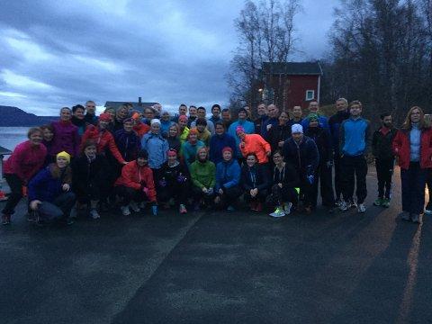 På nederste rad i midten sitter verdens beste  langrennsløper, Marit Bjørgen i rosa lue. Bildet er tatt under treningsøkta med Norges Sjømatråd i Malangen.