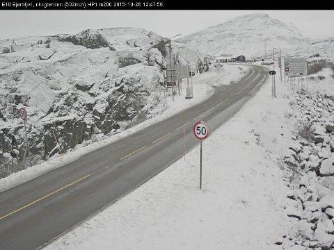 DEN FØRSTE SNØEN: Ved fjellovergangen på Bjørnfjell. Foto: Statens Vegvesens webkamera