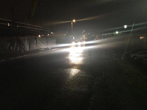 UMULIG Å SE: I dette bildet går en person gatelangs i Mellomveien klokken 20.30. Til tross for gatelysene er det nesten umulig å se konturene av mennesket, som er kledd i mørke klær - uten refleks.