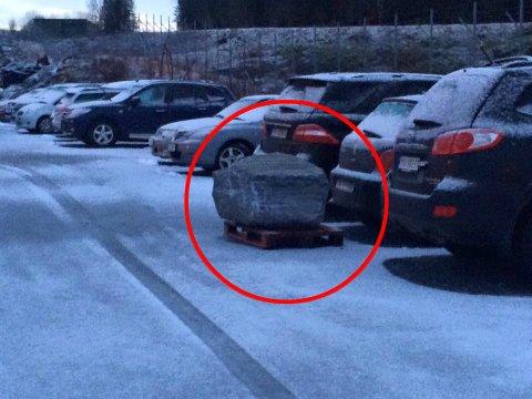 INNESPERRET: En bileier kommer iløpet av den nærmeste tida til å finne bilen sin innesperret av en to tonn tung stein.