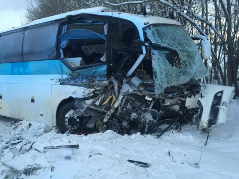 Bussen har fått store skader etter å ha kollidert med militære kjøretøy i Dragvikbakken (Foto: Ragnar Bøifot)
