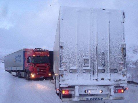 BOM STOPP: De to vogntogene står godt her - 2 kilometer før grensen mellom Norge og Sverige