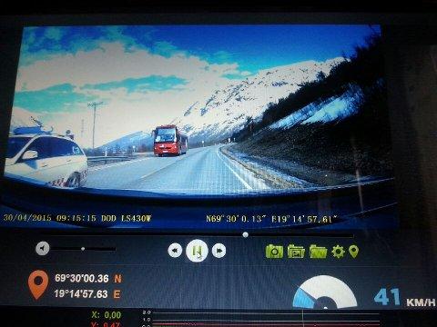 Ved passering har sjåførlæreren bremset ned til 41 kilomter i timen, ifølge disse bildene.
