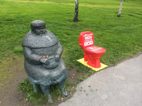 """Torsdag hadde skulpturen """"Passasjer"""" i Tromsø fått selskap av et illrødt toalett. Nå er det flyttet. Foto: Helge Nitteberg"""