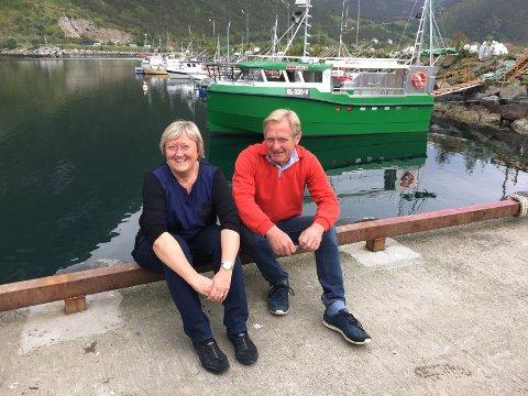 Elisabeth Aspaker sammen med daglig leder i Selfa Arctic, Erik Ianssen. Bak ser du verdens første elektriske sjark.