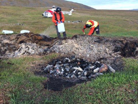 Sysselmannen måtte reise ut til Colesbukta utenfor Longyearbyen på Svalbard for å etterslukke et bål tent rett ved kulturminne. Foto: Thor-Arild Hansen/Sysselmannen på Svalbard