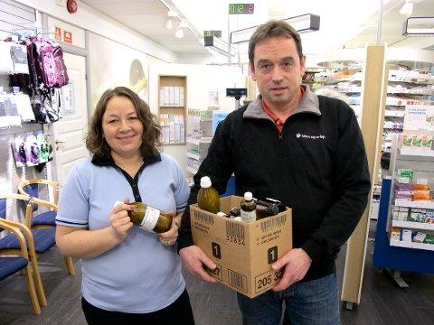 Apoteker Berit Marie Mortensen og enhetsleder Geir Heløe fra Tromsø kommune, med medisiner som den siste tida er innlevert til apoteket.