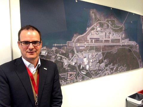Tronmsø Lufthavn 50 år. Lufthavnsjef Jonny Andersen med flyplassen slik den ser ut i dag.
