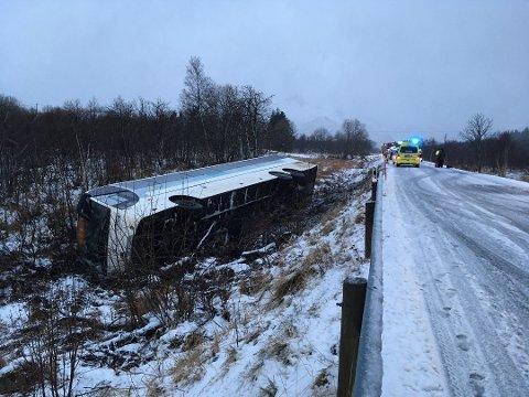 Bussen kjørte ut og tippet over på siden. (Foto: Bjørnar Larsen)