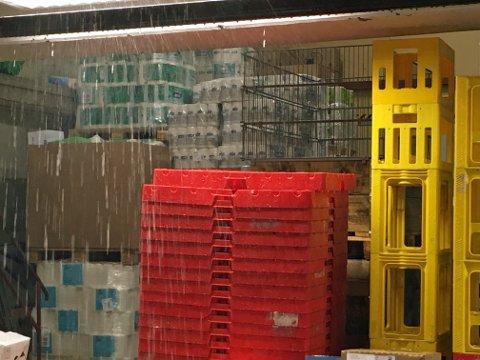 VANNSKADER: En god del dagligvarer ble vannskadet etter uhellet onsdag ettermiddag, forteller senterleder Laila Myrvang.