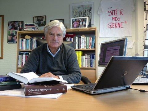 Gunnar Bodahl-Johansen er tidligere PFU-sekretær og organisasjonssekretær i Norsk Presseforbund og har forelest om presseetikk på Institutt for journalistikk. Han underviser nå på Høyskolen Kristiania og er ekspert på offentlighet.