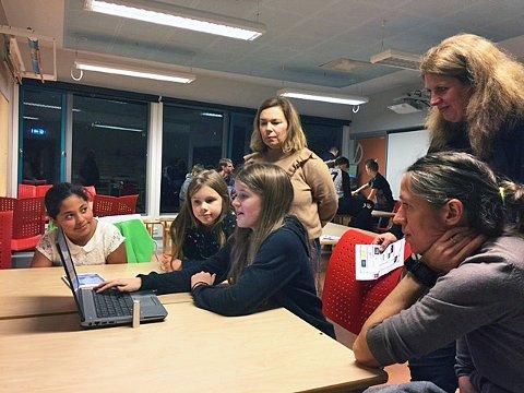 UNGE LÆRERE: Astri Michell Sylvarne, Astri og Alida Hildonen lærer bort noe av det de kan om Internett til foreldre og lærere på Workinnmarka skole.