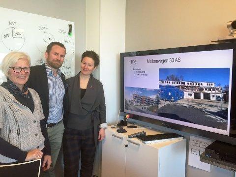 FØRSTE PROSJEKT: Styreleder Irene Valstad Simonsen, direktør Even Liahjell og byrådsleder Kristin Røymo er godt fornøyd med at Arnestedet Eiendom nå er i gang med sitt første byggeprosjekt i form av ei boligblokk i Mellomveien 33.