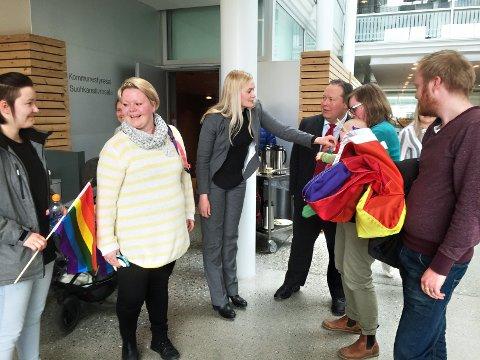 FEIRET VEDTAK: Byråd Ragni Løkholm Ramberg (i midten) gratulerte fungerende leder i FRI, Aase Kristine Aasen Lundberg, med at Tromsø nå får en ny handlingsplan for kjønns- og seksualitetsmangfold.