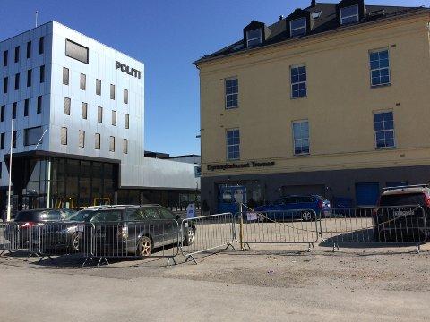 TYVPARKERER: Ifølge styrelederen har både gjester og ansatte på den nye politistasjonen, tatt seg til rette på parkeringen til sameiet Lærfabrikken og Barkhuset.