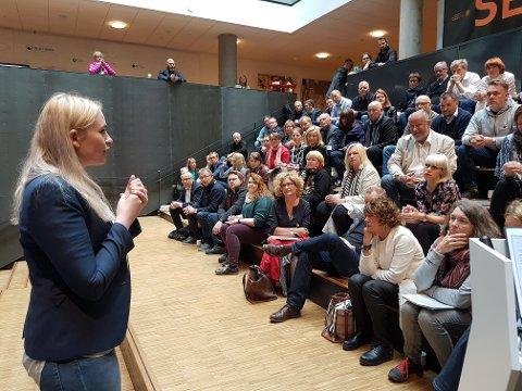 Næringsforeninga hadde invitert til åpent møte, og næringslivet stilte mannsterkt opp. Her forteller byråd Ragni Løkholm Ramberg om kommunens syn på sentrumsutviklinga.