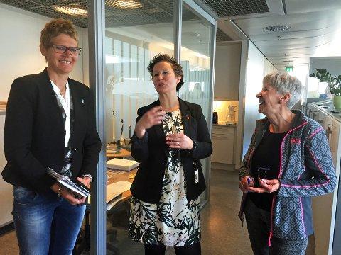 HILSERUNDE: Tromsø kommunes nye administrasjonssjef Britt Elin Steinveg (til venstre) var torsdag på hilserunde på rådhuset sammen med byrådsleder Kristin Røymo. Her treffer de møtesekretær Berith Myrland.