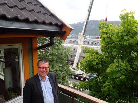 Hele kvartalet foran huset til Stig Lægdene er under utbygging. Nå har fylkesmannen gitt ham medhold i en klage på prosjektene, og trekker tilbake dispensasjoner.