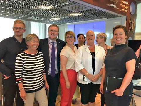 FORMANNSKAPET: Ordfører Kristin Røymo (til høyre) sammen med de øvrige medlemmer og varamedlemmer i formannskapet - fra venstre: Brage Larsen Sollund (Ap), Anna Amdal Fyhn (H), Erlend Svardal Bøe (H), Helga Marie Bjerke (KrF), Tone Marie Myklevoll (Ap), Anni Skogman (Frp), Ingrid Marie Kielland (SV) og (delvis skjult) Elin Jørgensen (Rødt).