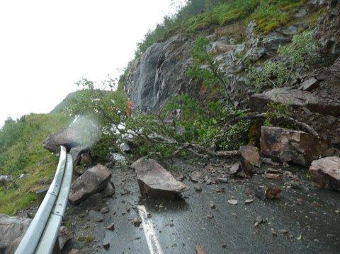 Masser har kommet rasende nedover lia og ødelagt både vei og autovern på veien ned mot bygda Auna i Harstad.