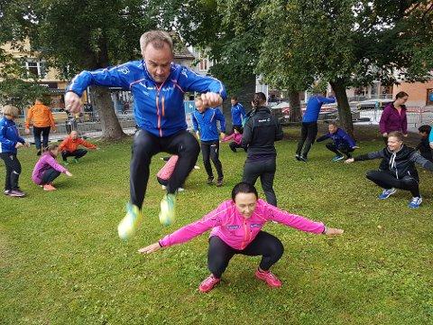 HOPPER HØYT: Sparebank1 Nord-Norges toppsjef Jan-Frode Janson hopper bukk over Linda Eliassen, som også jobber i banken. Begge er med på ei treningsøkt i Domkirkeparken - midt i arbeidstida.