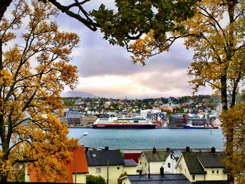 Her ligger Hurtigruta til kai i Tromsø mandag morgen. Foto: Stian Saur