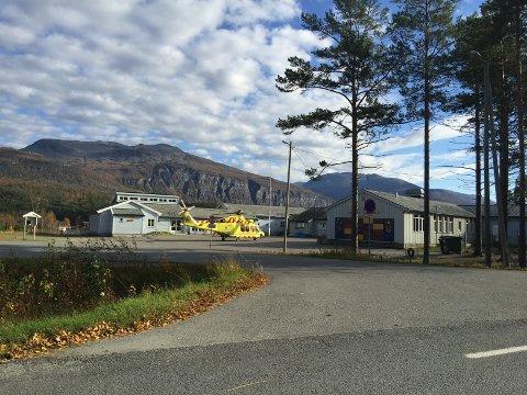 LUFTAMBULANSE: Luftambulansen har landet ved Øvre Bardu skole. Foto: Tipser