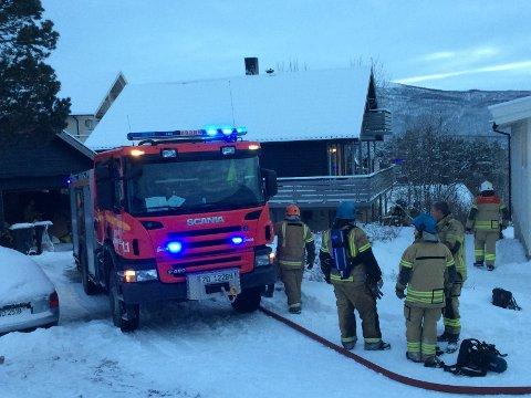 RØYK: Brannvesenet rykket ut til Silsand etter brann i bolighus. En person sjekkes av lege etter å ha pustet inn røyk. Foto: Torgeir Bråthen