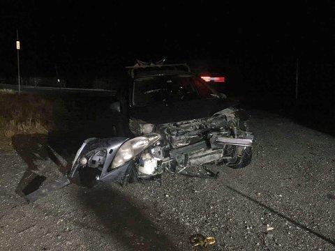 IS PÅ VEIEN: Bilen fikk store skader etter utforkjøringen. Politiet advarer om at det er svært glatt på veien.