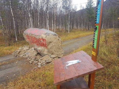 BOM STOPP: Grunneieren satte opp denne sperringen etter at han oppdaget forsøpling på eiendommen i Kildalen i Nordreisa.