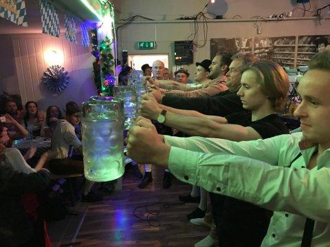 Det ble arrangert konkurranse i å holde fulle ølkrus med strake hender.