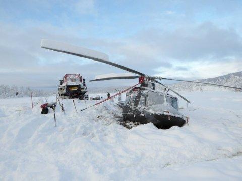 SANK YTTERLIGERE: Bell-helikopteret sank ytterligere etter uhellet søndag, og satt godt fast da  bergingsoperasjonen startet tirsdag.