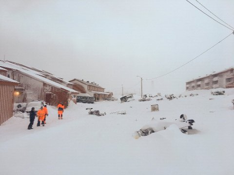 SKRED: 21. februar ble Longyearbyen rammet av et voldsomt snøskred fra Sukkertoppen. Ingen personer ble skadet, men snømassene etterlot seg store ødeleggelser.