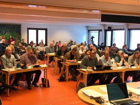 Kommunestyresalen i Målselv er fullsatt av politikere og innbyggere som har tatt veien for å få med seg behandlingen av eiendomsskatten. Foto. Susanne Noreng