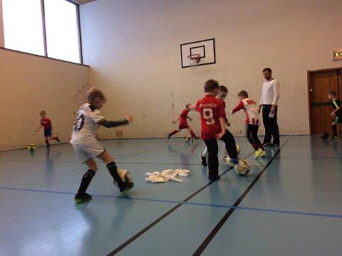 DÅRLIG STILT: På gymsalen ved Alfheim må trener og foreldre bruke dopapir i forsøk på å tørke opp etter store lekkasjer fra taket.