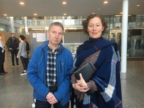 KONTROVERSIELT:  Ordfører Kristin Røymo og forslagstiller Jens Ingvald Olsen var fornøyd etter flertall for boikotten. I ettertid krevde opposisjonen lovlighetskontroll av vedtaket.