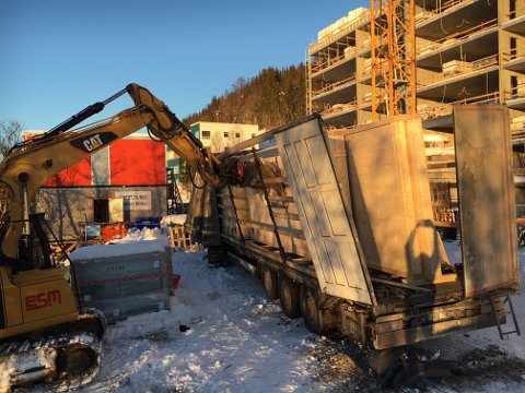 FORSKJØV SEG: Sjåføren av dette vogntoget er nå anmeldt for dårlig sikring av last.