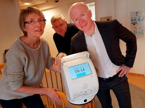 ROBOT: Ingebjørg Riise, Magnar Solbakken og Trond Brattland viser frem roboten som skal sørge for at eldre og andre brukere får riktig medisin til rett tid.