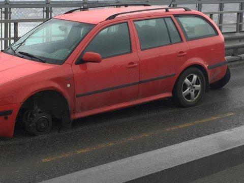 OOOPS: Forhjulet på denne Skodaen falt av midt på Tromsøbrua tidlig fredag ettermiddag. Foto: Stian Saur